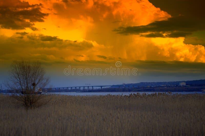 Härlig sikt för solnedgånglakesidenatur arkivbild