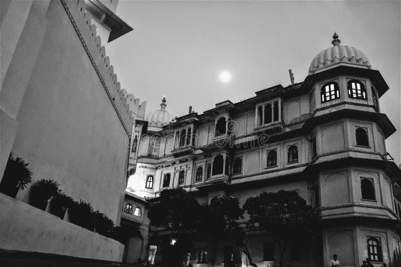 Härlig sikt för stadsslott på fullmoon, låg vinkel, kungliga Indien, kultur, arv, arkivbild