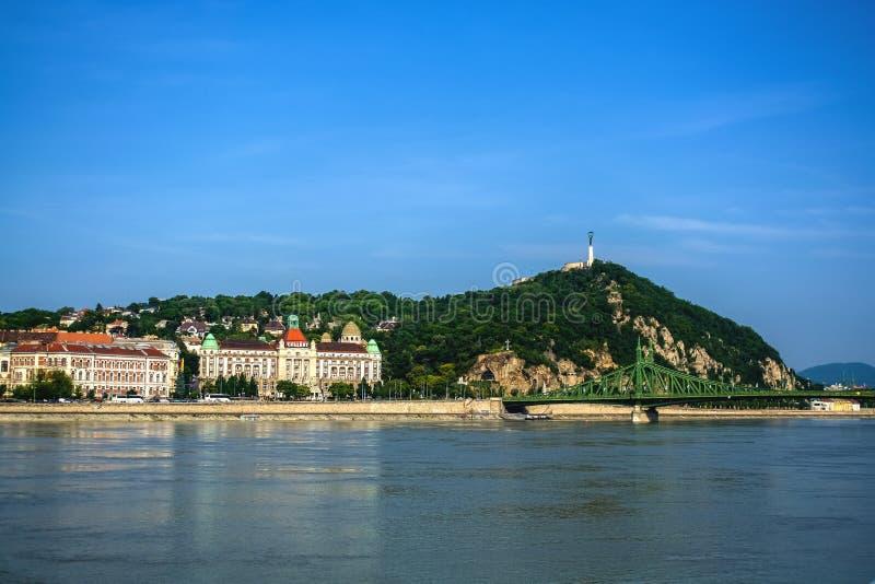 10 06 2019 Härlig sikt för Ungern, Budapest efter morgonen av Danubet River och den högra kusten av staden av Buda royaltyfria bilder