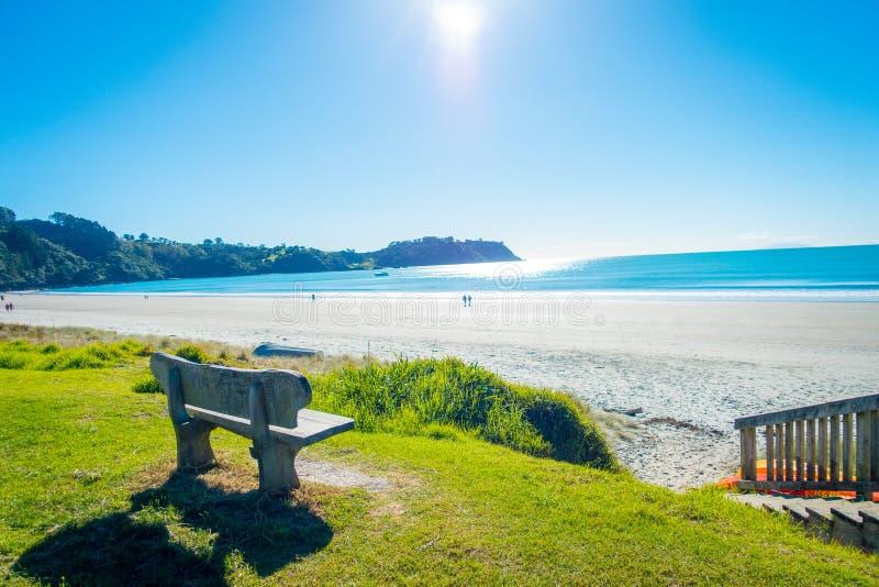 Härlig sikt från överkant i en Waiheke ö, Nya Zeeland med en härlig blå himmel och en vit sand i en solig dag arkivbilder
