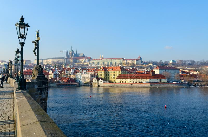 H?rlig sikt fr?n Charles Bridge till invallningen av den Vltava floden, den Kampa ?n och den Prague slotten, Prague, Tjeckien arkivfoton