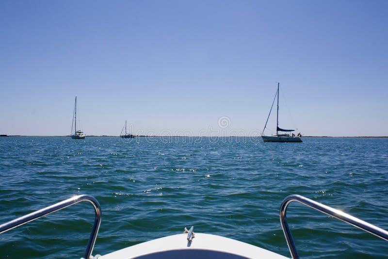 Härlig sikt från en pilbåge av yachten på seaward med yachter Kopia s fotografering för bildbyråer