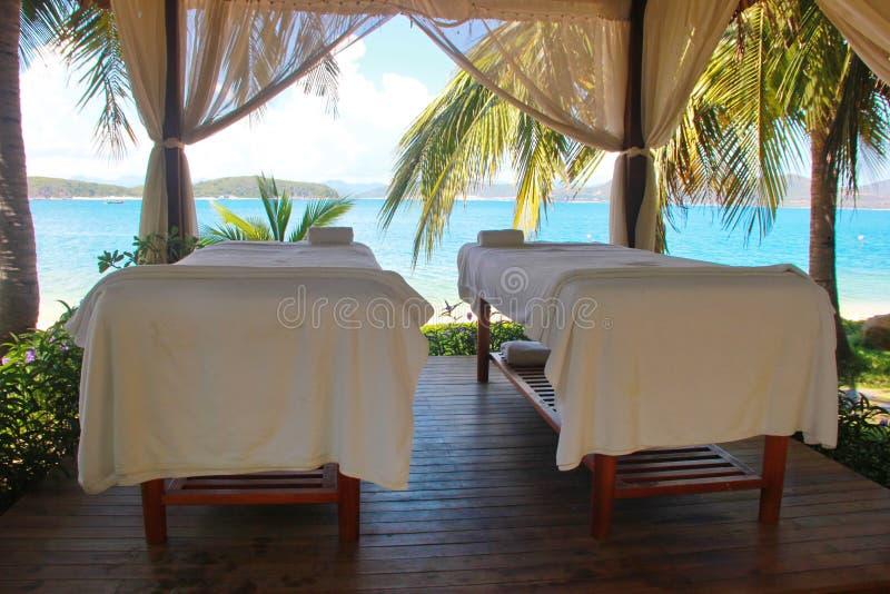 Härlig sikt på brunnsortmassagerum på beachside i bungalow royaltyfria bilder