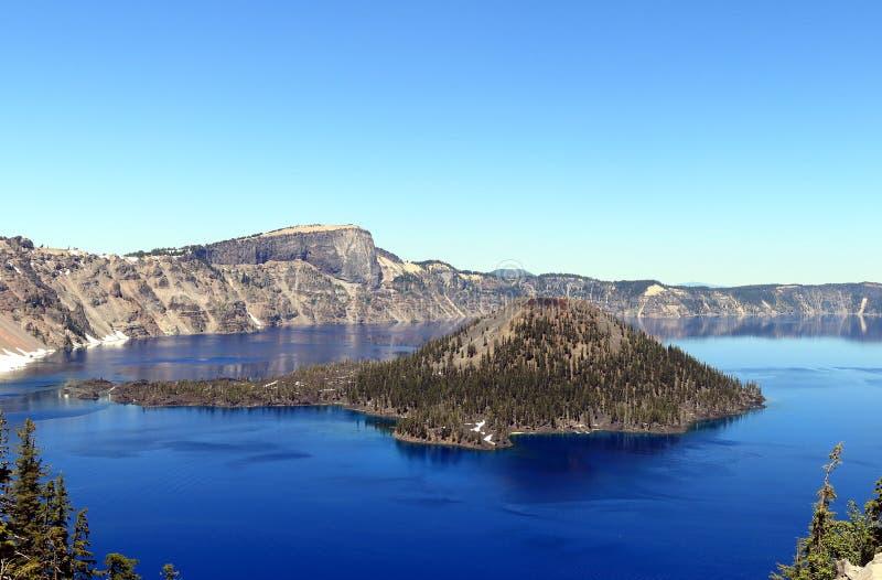 Härlig sikt på krater sjön och trollkarlön royaltyfri fotografi