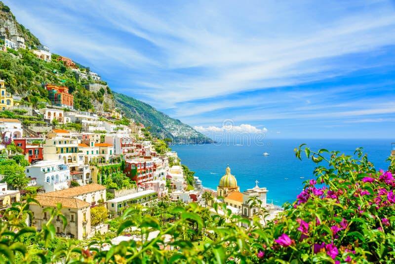 Härlig sikt på Positano på den Amalfi kusten med suddiga blommor på förgrund royaltyfria bilder