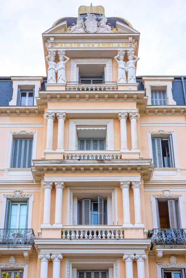 Härlig sikt till lägenheter för Palais des Anglais på dagsljus royaltyfri fotografi