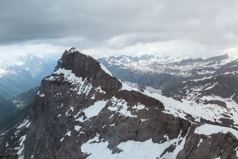 Härlig sikt uppifrån av det Titlis berget i Schweiz arkivfoton