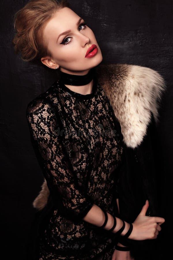 Härlig sinnlig kvinna med mörkt hår som bär den eleganta klänningen och smycket royaltyfria bilder