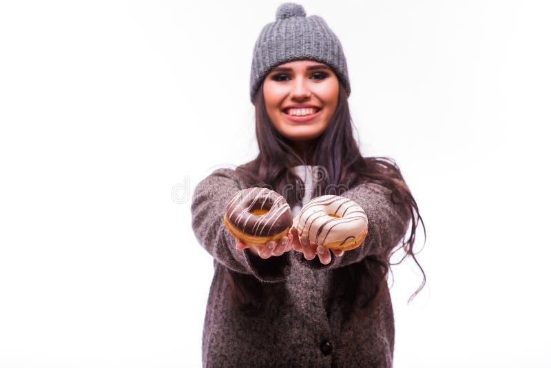 Härlig sinnlig kvinna som har gyckel med donuts arkivbilder