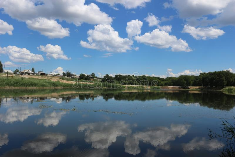 Härlig sjö i landet på sommar arkivfoton