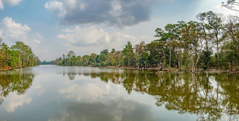 Härlig sjö som kura ihop sig bland rainforest i Cambodja arkivbilder