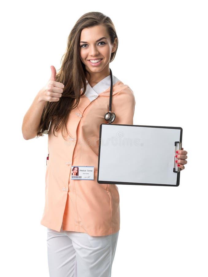 Härlig sjuksköterska som rymmer en mapp som visar framgång arkivfoto