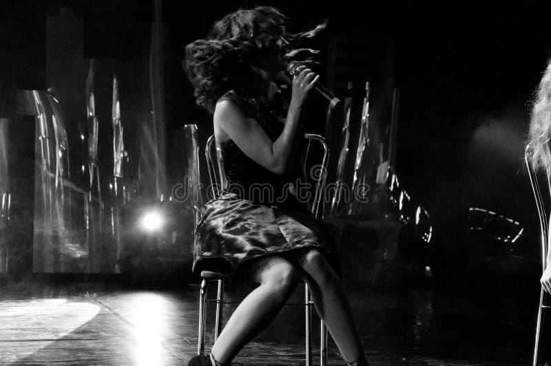 Härlig sjungande flicka Kvinna för skönhetglamourmode med mikrofonen över nattbakgrund Glamourmodell Singer Karaokesång Kar arkivfoto
