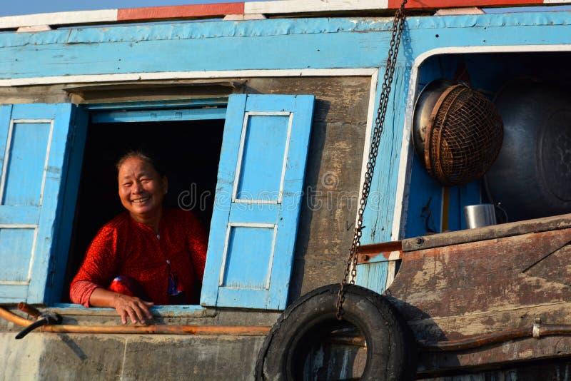 härlig skönhet eyes för naturståenden för makeup den naturliga kvinnan Mekong delta som svävar marknaden Långa Xuyen vietnam arkivfoto