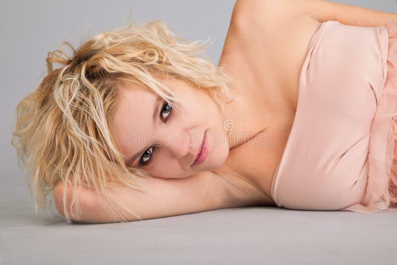 härlig skönhetståendekvinna arkivfoto