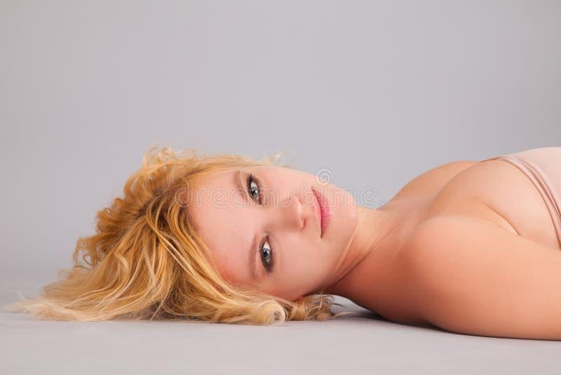 härlig skönhetståendekvinna royaltyfria foton