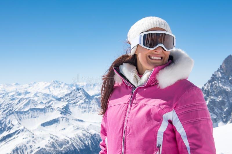 Härlig skidåkarekvinna i vinter arkivfoto