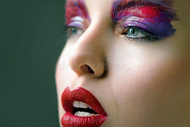 Härlig skinande röd och purpurfärgad konstmakeup arkivbild