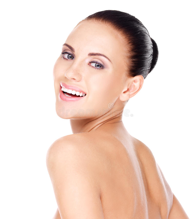 Härlig skratta kvinna med sund ny hud arkivbild