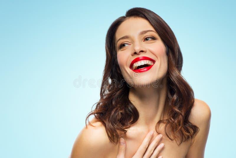 Härlig skratta ung kvinna med röd läppstift royaltyfri foto