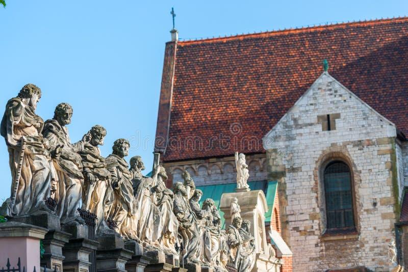 Härlig skulptur av 12 apostlar mot bakgrunden av arkivbilder