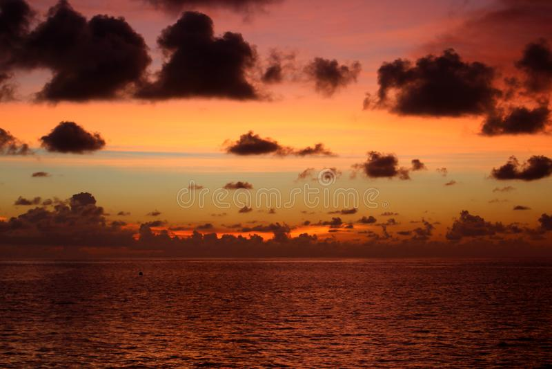 Härlig skymning över havet royaltyfri foto