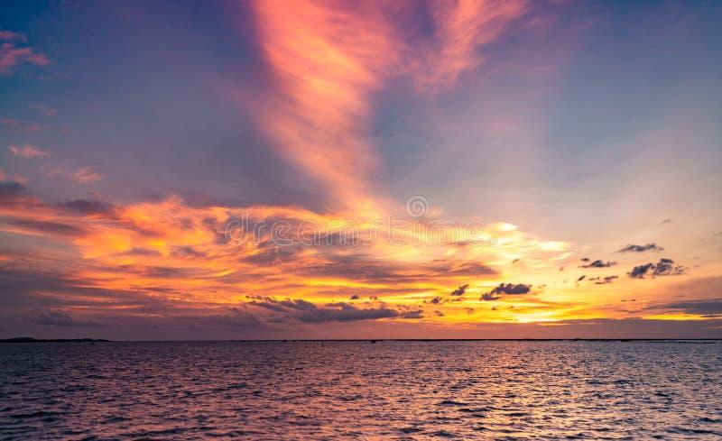härlig skysolnedgång Strand och solnedgånghimmel Skymninghav och himmel tropiskt skymninghav Dramatisk apelsin och blå himmel lug royaltyfria foton