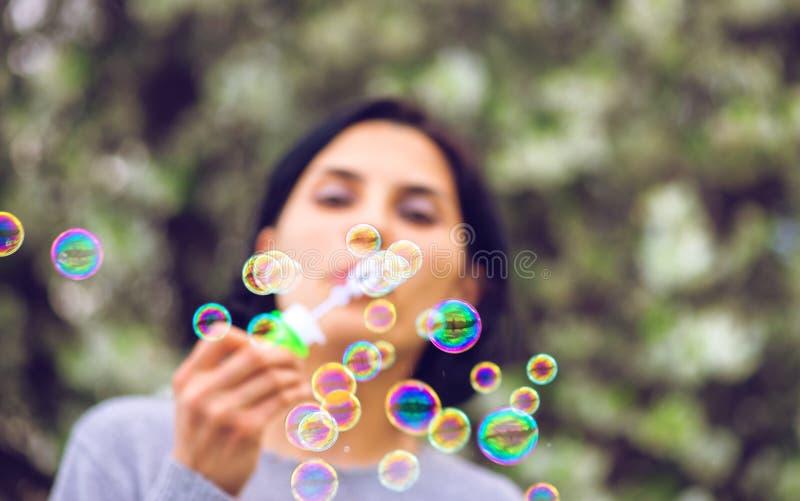 härlig slående bubblakvinna royaltyfri bild