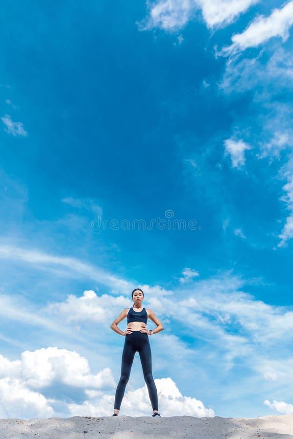 Härlig slank asiatisk idrottskvinna arkivfoton