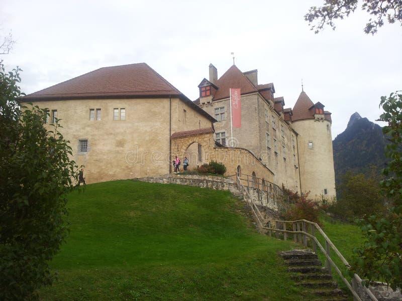 Härlig slott i bergen av Schweiz fotografering för bildbyråer