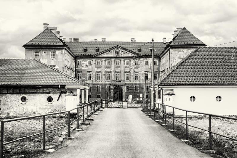 Härlig slott i Holic, Slovakien som är svartvit arkivbild