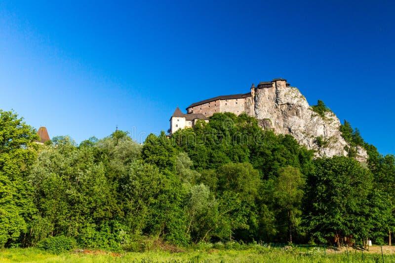 Härlig slott Oravsky Podzamok nära Dolny Kubin i Slovakien fotografering för bildbyråer
