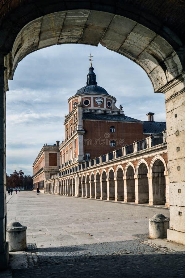 Härlig slott som inramas med en båge fotografering för bildbyråer