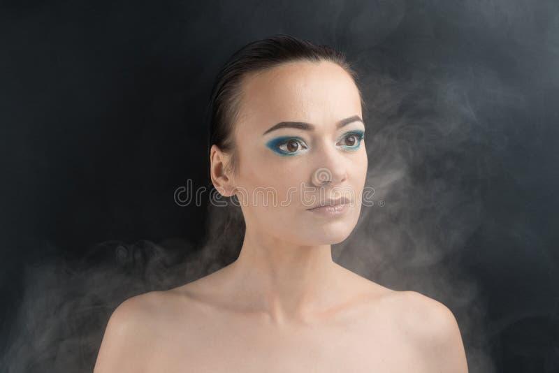 härlig sminkkvinna blå makeup arkivbild