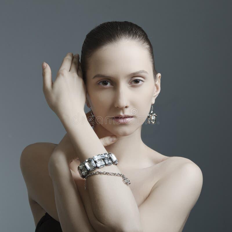 härlig smyckenkvinna royaltyfria bilder