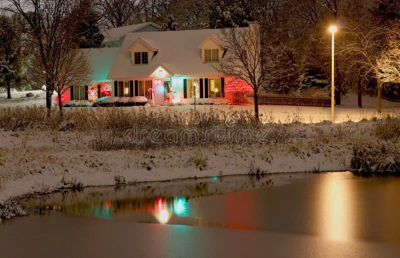 Härlig snöig vinternatt på bygdbakgrund royaltyfri foto