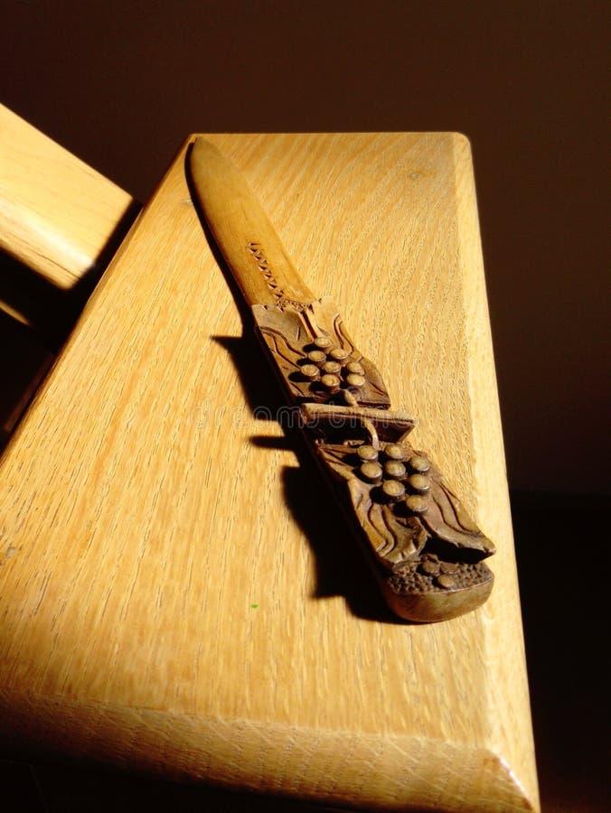 Härlig sniden träpappers- kniv royaltyfria foton