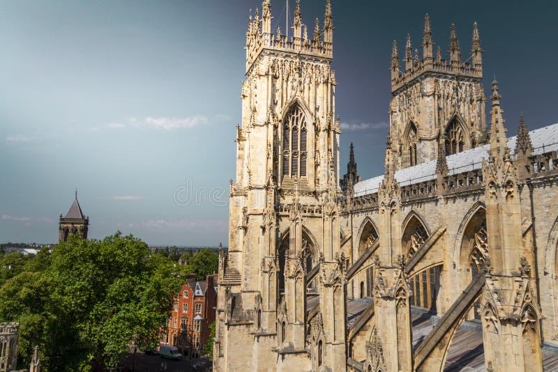 Härlig solbelyst sikt av tornspirorna av den York domkyrkadomkyrkan med staden i sikt i Yorkshire, England fotografering för bildbyråer