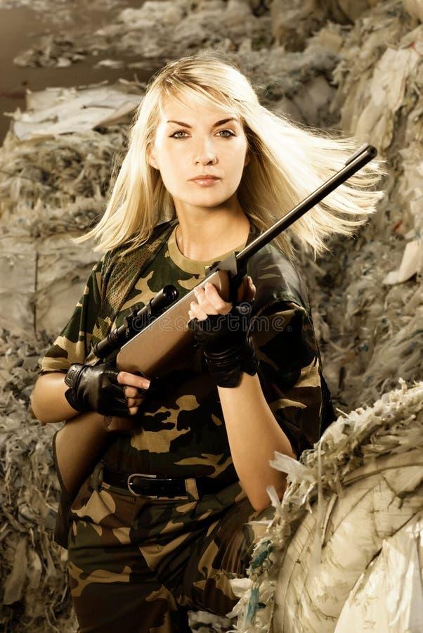 härlig soldatkvinna arkivfoto