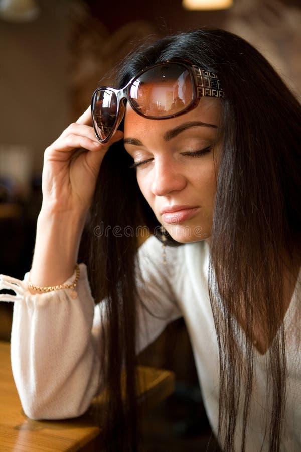 härlig solglasögonkvinna royaltyfri foto