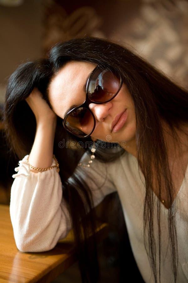 härlig solglasögonkvinna arkivbild