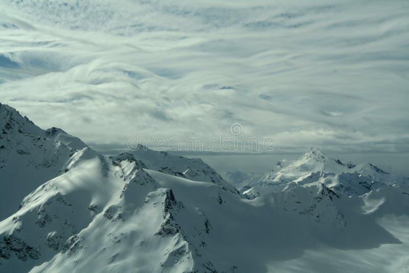 Härlig solig dag i de snöig bergen arkivbilder