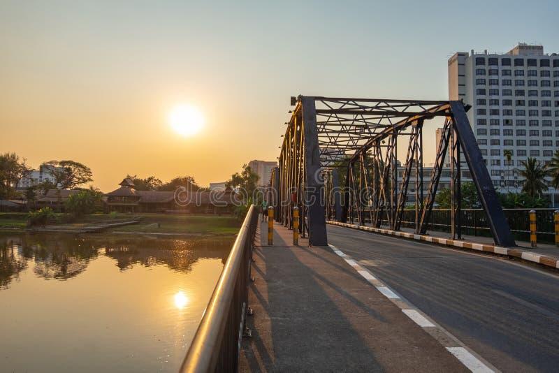 Härlig solljussikt på järnbron royaltyfri bild