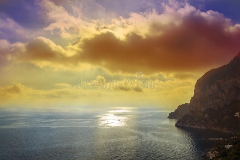 Härlig solnedgång över den Capri ön, Italien arkivbild