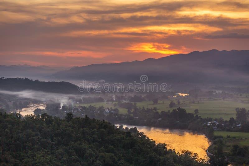 Härlig solnedgång över den Hsipaw dalen från solnedgångkullen arkivfoto
