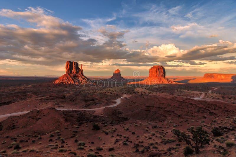 Härlig solnedgång över den iconic monumentdalen, Arizona arkivfoton