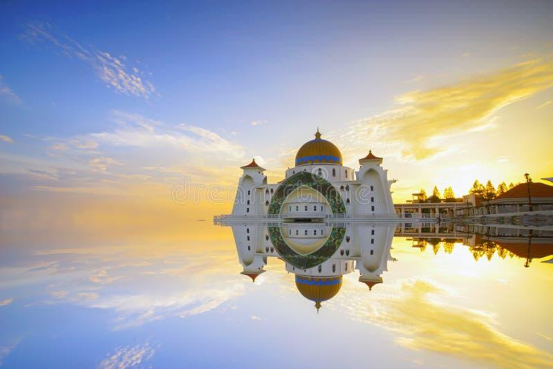 Härlig solnedgång över den majestätiska moskén, Malacca kanalmoské Masjid Selat royaltyfri fotografi