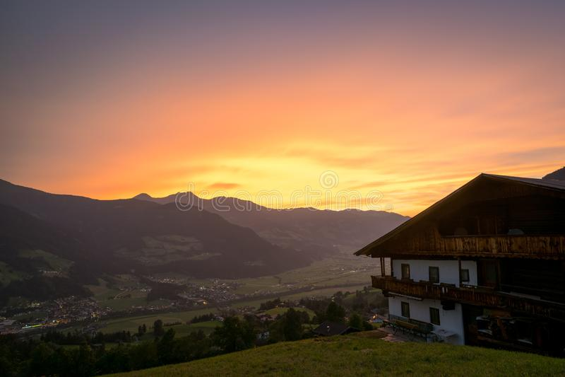 Härlig solnedgång över en dal i de europeiska fjällängarna royaltyfri fotografi