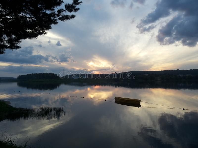 Härlig solnedgång över floden royaltyfri foto