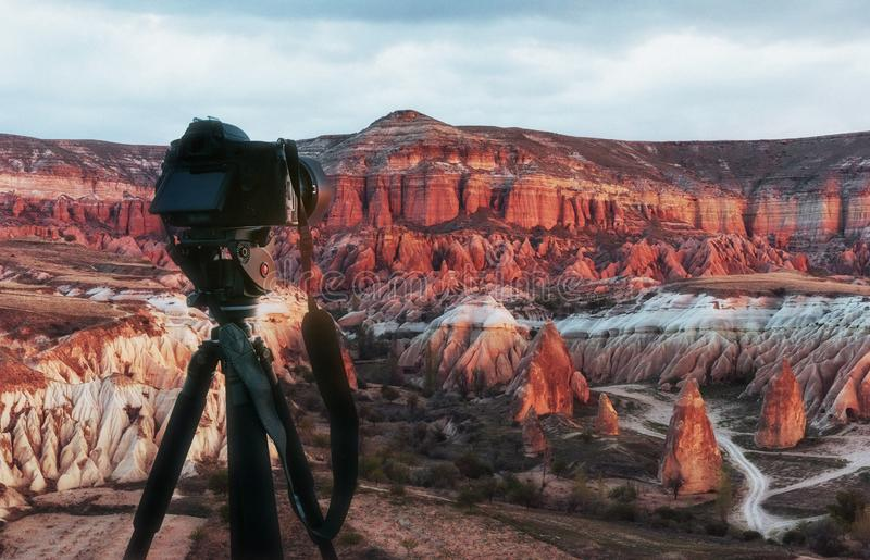 Härlig solnedgång över kanjonen i Cappadocia fotografering för bildbyråer